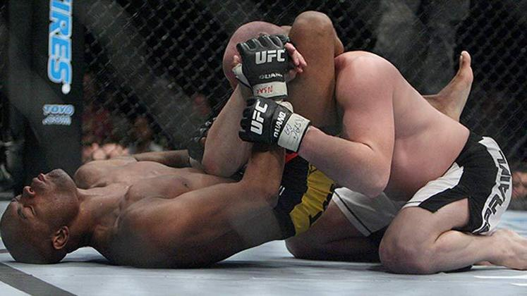 7ª. Anderson Silva x Travis Lutter (UFC 67) - Na sua primeira defesa de cinturão, em fevereiro de 2007, o Spider venceu o adversário imobilizando-o com um triângulo, enquanto estava por baixo, no meio do segundo round