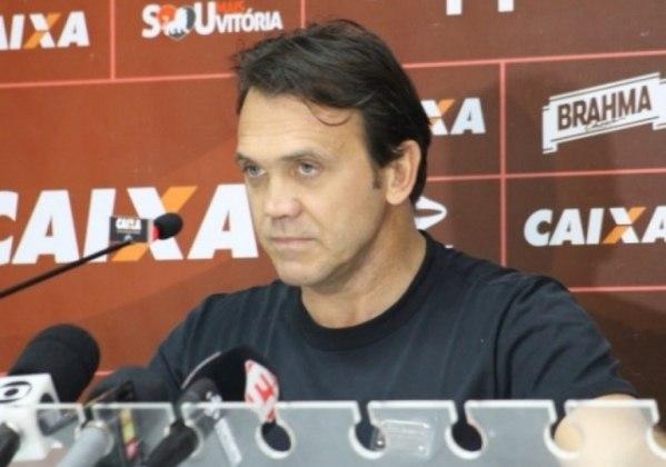 Dejan Petkovic (Sérvia): Idolatrado no Flamengo pela sua passagem como jogador, o sérvio chegou a treinar alguns times brasileiros após sua aposentadoria. Comandou o sub-23 do Athletico e as equipes profissionais de Criciúma, Sampaio Corrêa e Vitória.