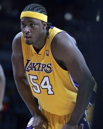 """7 – Kwame Brown (2001 – Washington Wizards): A """"escolha do Michael Jordan"""". Selecionado na primeira escolha do draft pelo maior jogador de todos os tempos, ainda nos tempos de Washington Wizards, Brown nunca chegou nem perto de corresponder às expectativas. Foram 12 anos na NBA e médias de 6.6 pontos e 5.5 rebotes."""