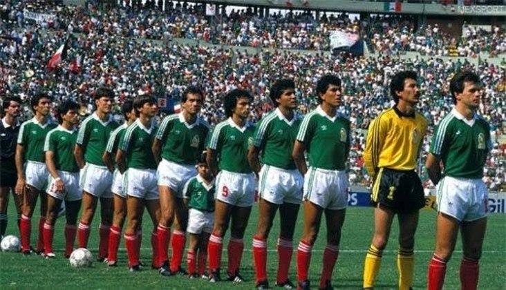 7) Nesta mesma Copa, o México, país-sede, também chegou às quartas invicto. Teve duas vitórias e um empate na fase de grupos e eliminou a Bulgária nas oitavas, ao aplicar o placar de 2 a 0. No entanto, nas quartas, acabou eliminado pela Alemanha Ocidental, também nos pênaltis, após empatar por 0 a 0 no tempo normal.