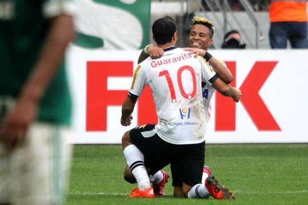 7º - Palmeiras 0x2 Vasco - Brasileirão 2015 - Ao aproveitar a falha da defesa alviverde, o meio-campista ficou na cara do gol e com um toque de categoria tirou Fernando Prass do lance