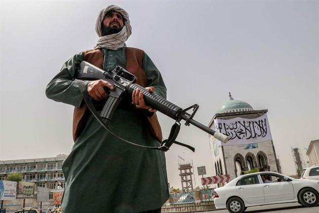 Formação do TalibãO Talibã foi formado no ano de 1994 por estudantes e guerrilheiros domujahidin, combatentes que eram uma força de resistência contra invasores estrangeiros, principalmente os soviéticos, no contexto do final da Guerra Fria.Uma rápida ascensão fez com que, em 1996, o grupo conseguisse tomar a cidade de Cabul para estabelecer o poder no Afeganistão até 2001