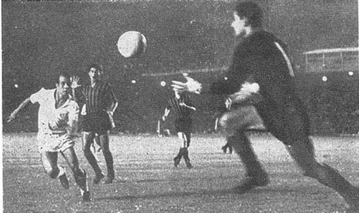 7 - Santos 4 x 2 Milan (1963) - No segundo jogo da final do Mundial de Clubes, o Peixe derrotava o Milan e levava a decisão para o terceiro jogo. Com uma exibição mágica e gols de Pepe (2), Almir Pernambuquinho e Lima, a vitória santista encaminhou o bicampeonato Mundial, que foi conquistado também no Maracanã, dois dias depois com gol de Dalmo.