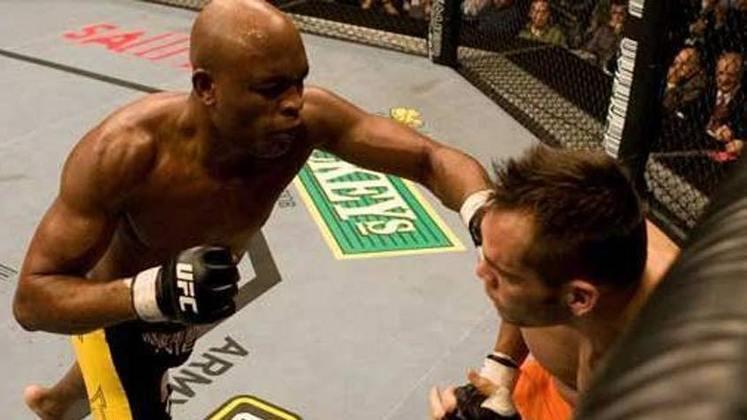 8ª. Anderson Silva x Rich Franklin (UFC 77) - Na luta seguinte ,em outubro de 2007, foi a vez de Anderson derrotar Franklin por nocaute técnico no segundo round, quando surpreendeu todos ao mostrar suas habilidades de trocação e de se esquivar com as mãos abaixadas. Anderson ganhou o bônus de nocaute da noite