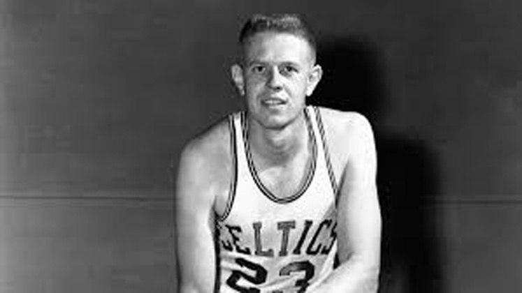 """8- Frank Ramsey (sete títulos): Falecido em 2018, Ramsey é integrante da dinastia do Celtics nas décadas de 1950 e 60. Venceu sete títulos em oito finais disputadas, sendo conhecido como o """"sexto homem"""", graças ao seu papel saindo do banco de reservas."""