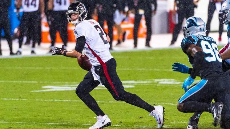 8. Matt Ryan (Atlanta Falcons): Ninguém passou a bola mais que Matt Ryan na temporada de 2020. Ainda assim, a temporada dos Falcons acabou em ruínas, muito em virtude do desmoronamento da defesa e de más decisões da comissão técnica.