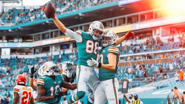 8. Mike Gesicki (Miami Dolphins): Com 703 jardas de recepção, Gesicki foi o quarto da NFL em 2020 entre seus colegas de posição. O tight end dos Dolphins foi uma das armas ofensivas mais cruciais da equipe na temporada, e sua produção foi suficiente para chegar ao Top 10, coroando o reconhecimento que ganhou no ano passado.