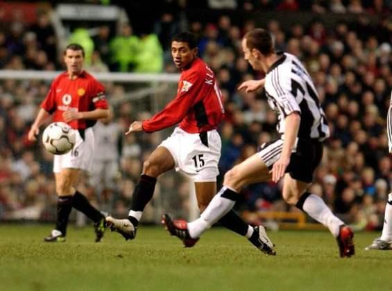 8º - Quem foi considerado a pior contratação brasileira na Premier League foi o ex-meia Kleberson, que chegou com pompas no Manchester United em 2003, sendo apresentado juntamente com Cristiano Ronaldo. Nos Red Devils, o pentacampeão fez somente 30 partidas e marcou dois gols