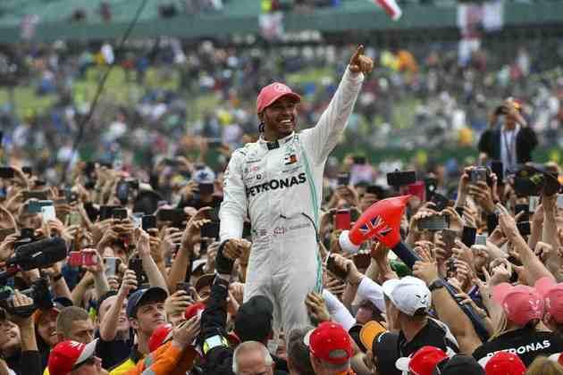 80 - Em 2019, Lewis Hamilton novamente venceu em Silverstone e caiu nos braços dos fãs. Mais uma festa no GP da Inglaterra