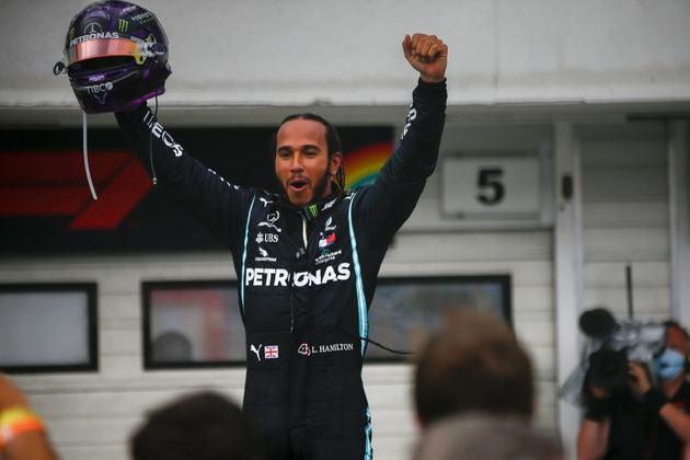 86 - Na Hungria em 2020, a corrida começou com pista molhada e terminou com ela seca. No entanto, Hamilton dominou de ponta a ponta