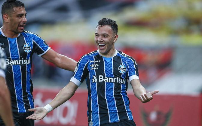 9º - Em nono, Pepê (23 anos), do Grêmio, com oito pontos somados. São 14 jogos no total, com cinco gols e três assistências.