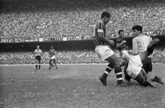 9 - Fluminense 0x0 Flamengo (1963) - No dia 15 de dezembro de 1963, um clássico entrou para a história como o jogo de maior público entre clubes de futebol no Brasil. O FlaxFlu, que decidiu o estadual daquele ano e deu o título ao Rubro-Negro teve o público de 177.020 pagantes e 194.603 presentes.