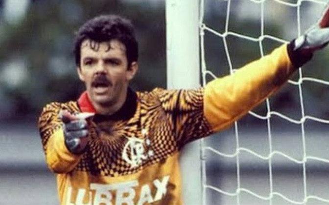 9 - Gilmar Rinaldi - (13/1/59, Erechim-RS). Ex-Inter e São Paulo, chegou ao Flamengo com 31 anos, em 1990. Logo tornou-se titular, colocando Zé Carlos no banco. Foi um dos alicerces do time campeão carioca de 1991 e brasileiro de 1992 e o representante do Flamengo na Seleção que ganhou o tetra em 1994 nos EUA. Depois daquela Copa, acertou com o Cerezo Osaka e encerrou a carreira no Japão. Virou empresário e já foi coordenador da Seleção.