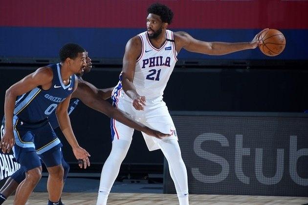 9- Joel Embiid (Philadelphia 76ers) O pivô voltou a ter problemas físicos durante a temporada e segue sem atuar por uma campanha inteira. Embiid é melhor dentro do garrafão, mas sai muito para a linha de três pela timidez de Ben Simmons para fazer o mesmo. Em 2019-20, faz 23.4 pontos, 11.8 rebotes e 1.3 bloqueio