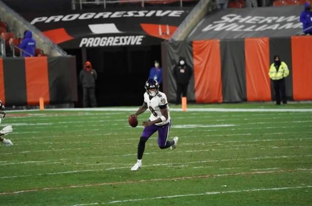 9º Lamar Jackson (Baltimore Ravens): Após ficar fora por Covid-19, Lamar Jackson retornou com fogo nos olhos. O desempenho do jogador nas duas últimas semanas o fez reaparecer no top-10.