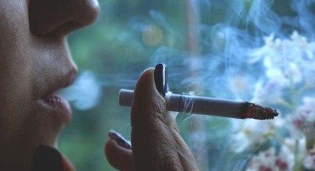 """Pesquisas atuais demonstraram que o vício causado pelo cigarro é semelhante ao vício causado por outras drogas. Mas, o tabaco já foi """"vendido"""" como algo que fazia bem para a saúde"""