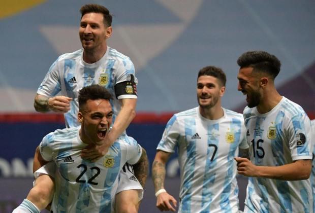 A Argentina decide a Copa América 2021 contra o Brasil, sábado (10), às 21h, no Maracanã. Curiosamente,  o último título profissional da Albiceleste foi em uma Copa América, em 1993. Por isso, o LANCE trouxe uma galeria com todas as competições em que a Argentina jogou durante o jejum que dura 28 anos. Confira!