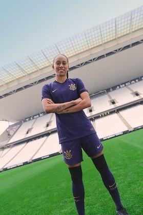 A atacante Adriana participou da campanha e posou para fotos na Neo Química Arena, mostrando que calções e meiões também são roxos.