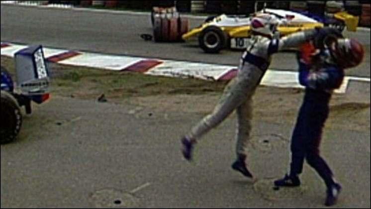 A briga mais icônica da Fórmula 1 aconteceu na Alemanha, em 1982. O brasileiro Nelson Piquet liderava a corrida até ser atrapalhado por Elizeo Salazar, com quem bateu e abandonou a prova. Furioso, o campeão desferiu socos contra o colega de profissão