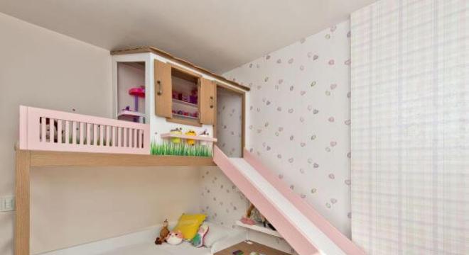 A cama com casinha beliche pode ter um escorregador para deixar o ambiente mais divertido