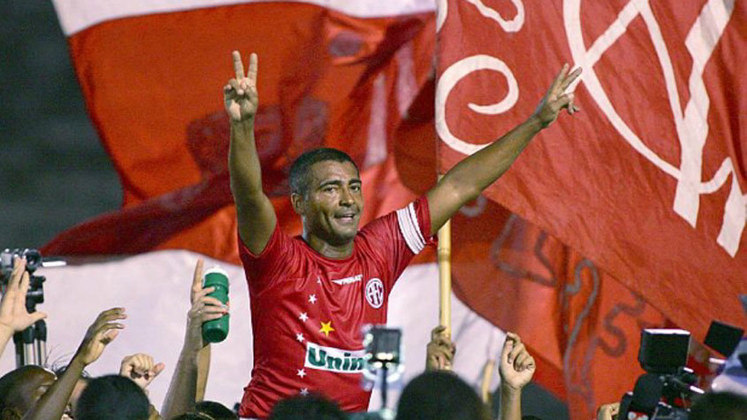 A camisa 11 do América-RJ foi aposentada em 2009, depois que Romário deixou os gramados. No Vasco, onde o 'baixinho' também é ídolo, a homenagem durou pouco mais de um ano