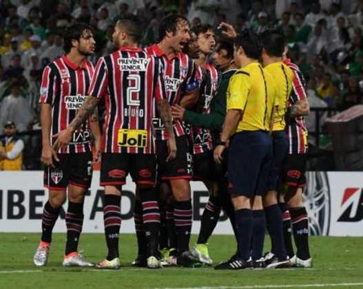 A camisa 2 de 2016, utilizada na semifinal da Libertadores, era listrada na frente e nas costas (sem o box para o número tão criticado pela torcida) e tinha a gola polo.