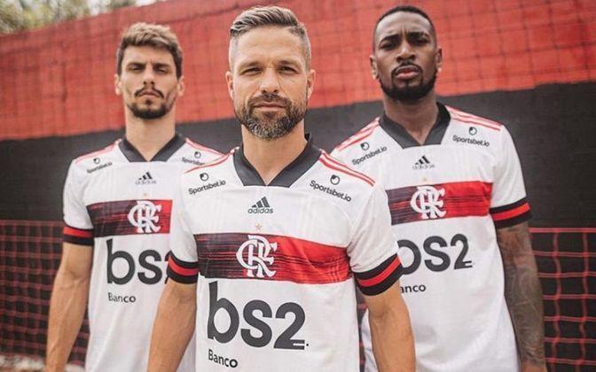 A camisa do Flamengo está na 61ª posição, custando 45 dólares, o que equivale a 249,99 reais. Sua fornecedora é a Adidas.