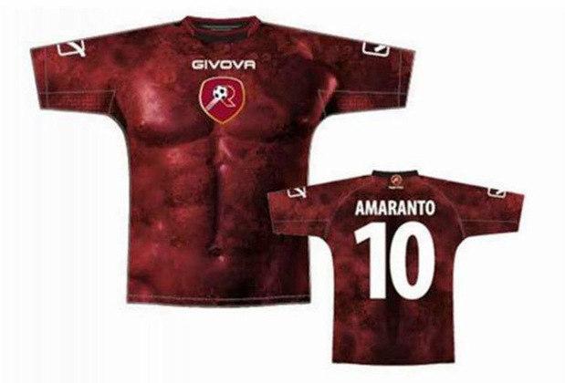 A camisa do time italiano Reggina foi estampada com a imagem de um tórax masculino. para a temporada de 2012 e ficou bastante estranha.