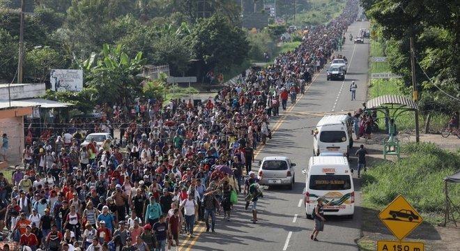A caravana começou em Honduras e foi atraindo mais gente pelo caminho