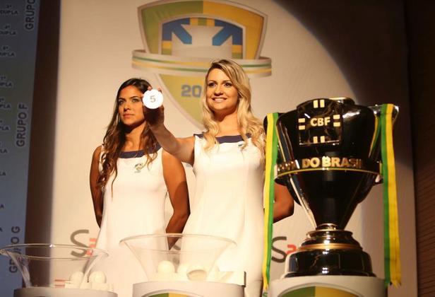 A CBF divulgou, nesta sexta-feira, os dois potes para o sorteio da terceira fase da Copa do Brasil, que terá 32 clubes e jogos de ida e volta. O sorteio será realizado na próxima semana, porém o dia ainda não foi definido. A ordem dos potes foi feita a partir do Ranking Nacional de Clubes da CBF: os 16 times melhores colocados no ranking ocupam o pote 1, enquanto os restantes ocupam o pote 2. Times do pote 1 pegam times do pote 2. Veja aqui como os clubes estão organizados nos potes!