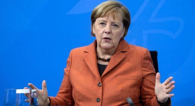 """""""Eu sinto muito, do fundo do meu coração. Mas se o preço que nós pagamos é a morte de 590 pessoas por dia, então é inaceitável. Temos que endurecer as medidas"""", afirmou a chanceler Angela Merkel"""