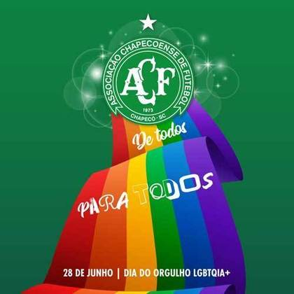 """A Chape também publicou uma arte com seu escudo e a bandeira LGBTQIA+. Na publicação, o clube também destacou que celebrar o orgulho é """"um grito por respeito e igualdade""""."""