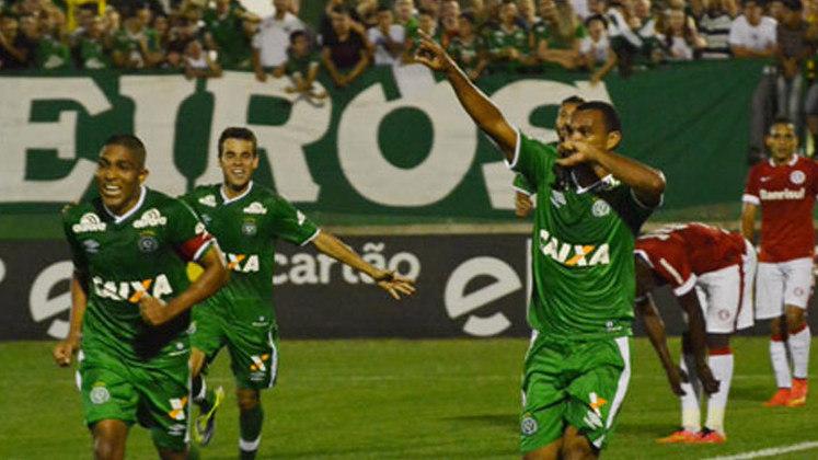 A Chapecoense goleou o Internacional em uma partida marcante do Brasileirão de 2014. 5 a 0 foi o placar que o time da casa fez na Arena Condá. Enquanto a Chape terminou aquela edição do Brasileiro em 15º lugar, o Inter foi o 3º colocado.