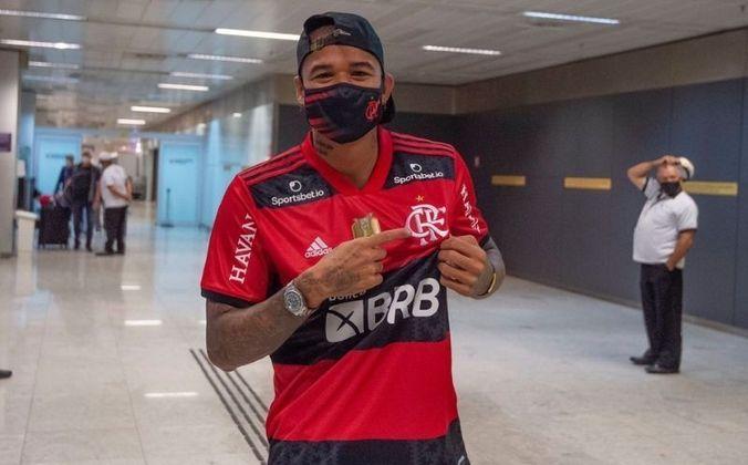 A chegada do atacante ao Brasil atrasou pois ele testou positivo para covid-19 em 16 de agosto, quando ainda estava na Inglaterra. Kenedy se recuperou da doença e desembarcou no país na manhã desta sexta-feira 27).