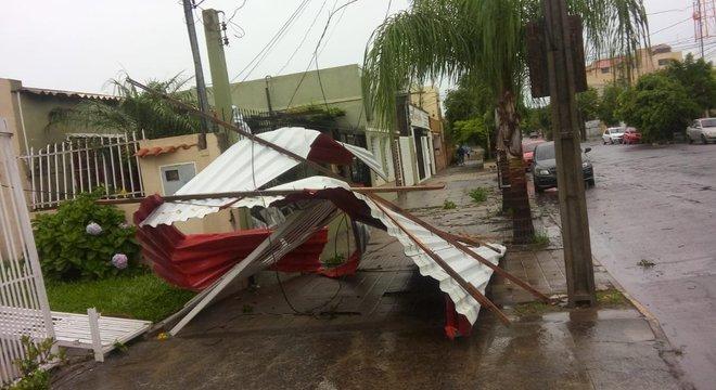 A chuva e o vento provocaram destelhamento de casas Crédito: Everaldo Jacques / Divulgação / CP