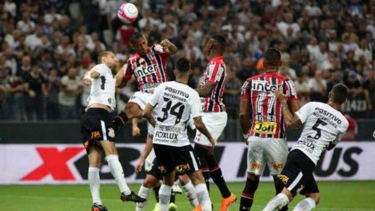 A classificação escapou por muito pouco. Após vencer a primeira partida, no Morumbi, por 1 a 0, o São Paulo estava se classificando, com um empate sem gols, em Itaquera, até o último minuto do jogo, quando tomou um gol de cabeça de Rodriguinho. Nos pênaltis, o Timão se classificou para a final.