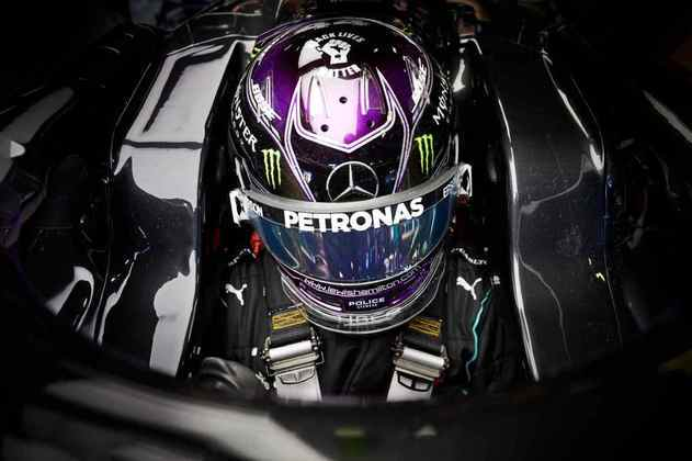 A concentração de Lewis Hamilton antes de sair para a pista