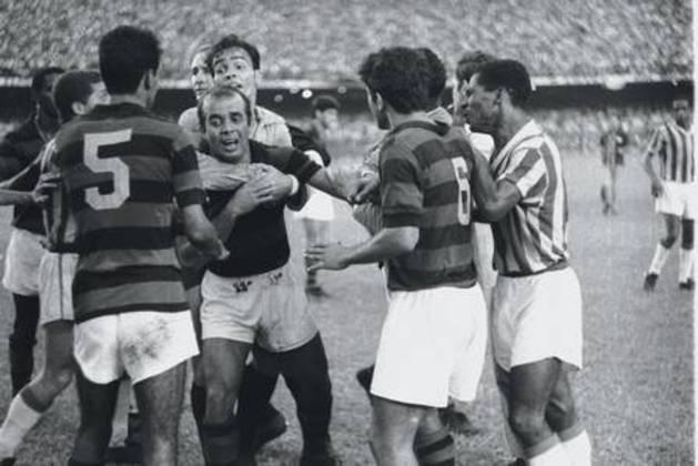 A confusão tomou conta da final do Campeonato Carioca de 1966. O Bangu garantia o título com um 3 a 0 sobre o Flamengo. Mas, aos 24 minutos da etapa final, o banguense Ladeira cometeu falta no rubro-negro Paulo Henrique. O temperamental Almir Pernambuquinho revidou dando um tapa no adversário e uma pancadaria generalizada tomou conta do Maraca. O árbitro Aírton Vieira de Moraes expulsou nove jogadores - cinco do Rubro-Negro e quatro do Alvirrubro. Mesmo assim, a torcida do Bangu pôde, naquele 18 de dezembro de 1966, soltar um grito de gol.