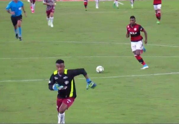 A decisão do Carioca de 2017 estava empatada em 1 a 1 quando Diego Cavalieri foi expulso. Orejuela assumiu o posto de goleiro do Fluminense na reta final. Ele bem que tentou correr, mas não evitou o gol de Rodinei, que sacramentou a vitória por 2 a 1 do Flamengo e o título rubro-negro.