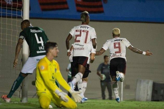 A defesa do Goiás não passa ilesa ao enfrentar o atacante do Flamengo, que já fez quatro gols contra o Esmeraldino.