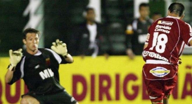 A derrota do Vasco para o Náutico por 3 a 1, em 2008, contou com uma cena inusitada no fim da partida. Depois de expulsão do goleiro Roberto, o atacante Leandro Amaral foi o e