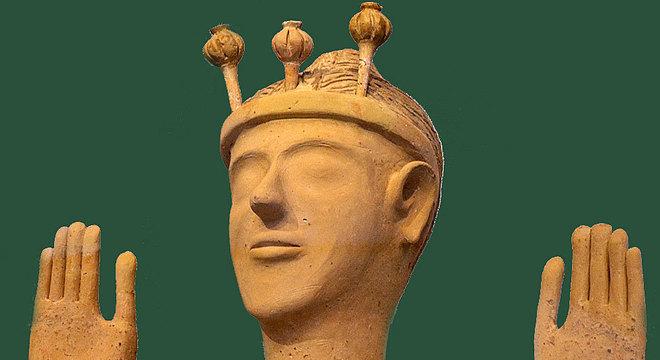 Escultura feminina descoberta na ilha de Creta, chamada de 'a deusa da papoula', devido aos ornamentos na cabeça — acredita-se se tratar de uma deusa minoica