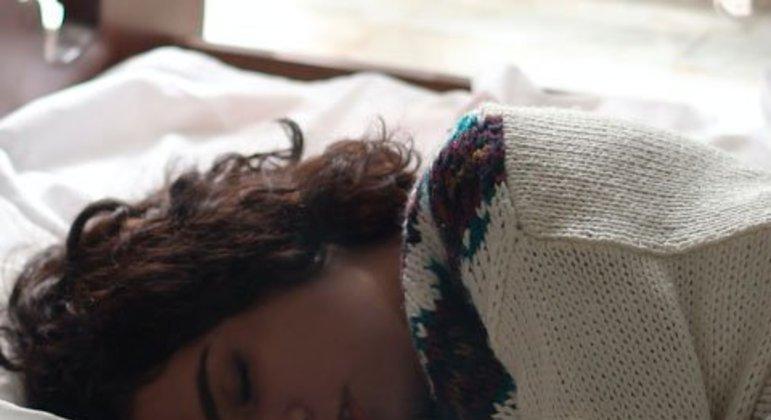 A dificuldade de dormir pode ser causada por vários motivos, entre eles os problemas na respiração e a má simetria corporal. Técnicas fisioterapêuticas são capazes de tratar esses problemas e assegurar uma qualidade de sono, pois são capazes de agir em todo o corpo, mente e organismo.