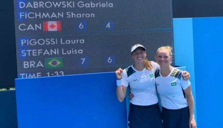 A dupla brasileira Luisa Stefani e Laura Pigossi surpreendeu na estreia e venceu a dupla canadense Gabriela Dabrowski e Sharon Fichman, que era a sétima cabeça de chave dos Jogos Olímpicos. A vitória foi por 2 sets a 0 (parciais de 7/6 e 6/4) em 1 hora e 33 minutos.