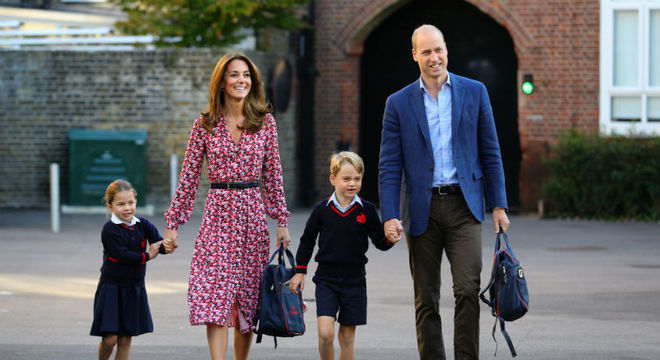 A duquesa Kate Middleton e o príncipe William levando Charlotte pro primeiro dia de aula