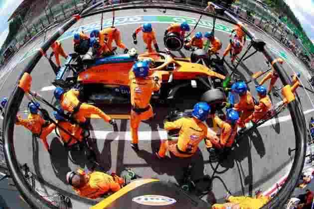 A equipe McLaren trabalha no carro de Lando Norris durante o pit-stop