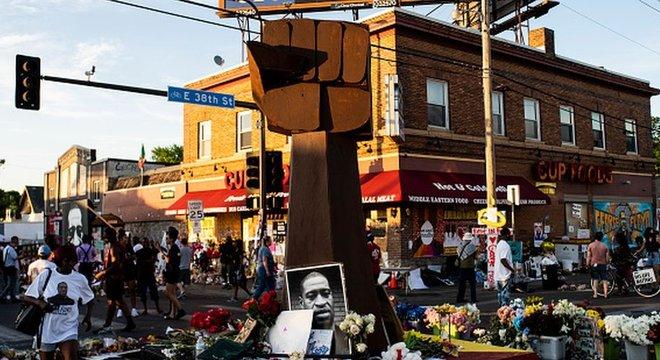 Um memorial a George Floyd foi erguido no local onde ele foi abordado e morto pela polícia