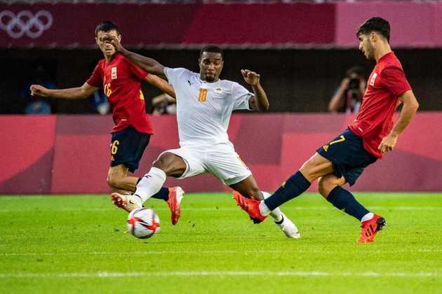 A Espanha confirmou o favoritismo e venceu a Costa do Marfim por 5 a 2. Apesar da goleada, não foi tão fácil. Os espanhóis perdiam a partida até o último minuto do segundo tempo, quando empataram com gol de Rafa Mir e levaram o duelo para a prorrogação. O atacante espanhol ainda marcou mais duas vezes no tempo extra e foi o herói do dia.