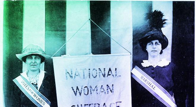 À esquerda, Katharine McCormick na campanha pelo direito das mulheres ao voto