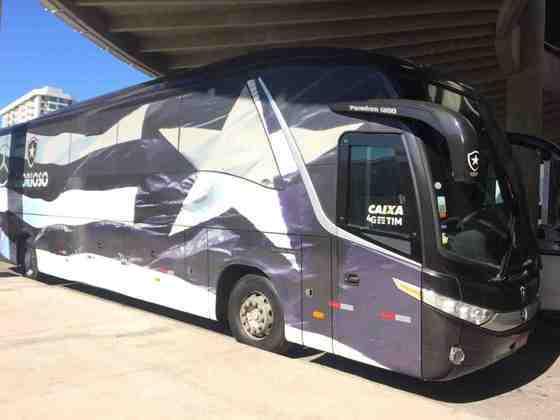 A estrela do Botafogo tem grande destaque entre a cor preta do ônibus.